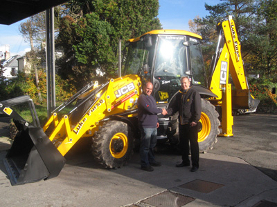All new JCB 3CX Sitemaster Facelift machine with newly designed cab, front loader and backhoe. James Atley from Holt JCB proudly presents Steve Friend (operator) with the keys to the first new machine delivered in the South West.